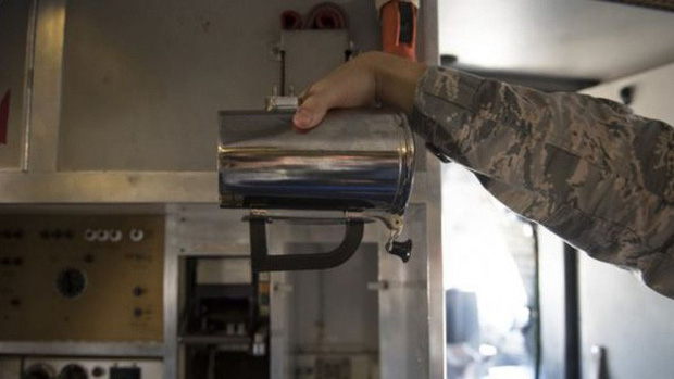 2 năm qua, lực lượng Không quân Mỹ làm vỡ 7 tỷ rưỡi tiền cốc uống nước - Ảnh 2.