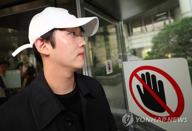 Bạn trai cũ Goo Hara chính thức bị bắt vào hôm nay, dân tình phẫn nộ vì biểu cảm của hắn tại tòa - Ảnh 4.