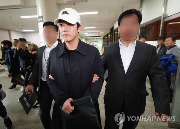 Bạn trai cũ Goo Hara chính thức bị bắt vào hôm nay, dân tình phẫn nộ vì biểu cảm của hắn tại tòa - Ảnh 1.