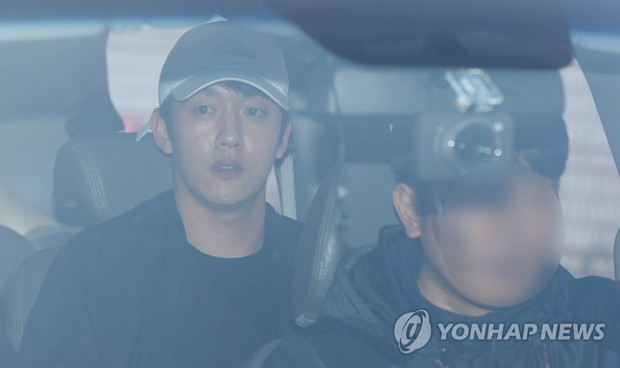 Bạn trai cũ Goo Hara chính thức bị bắt vào hôm nay, dân tình phẫn nộ vì biểu cảm của hắn tại tòa - Ảnh 9.