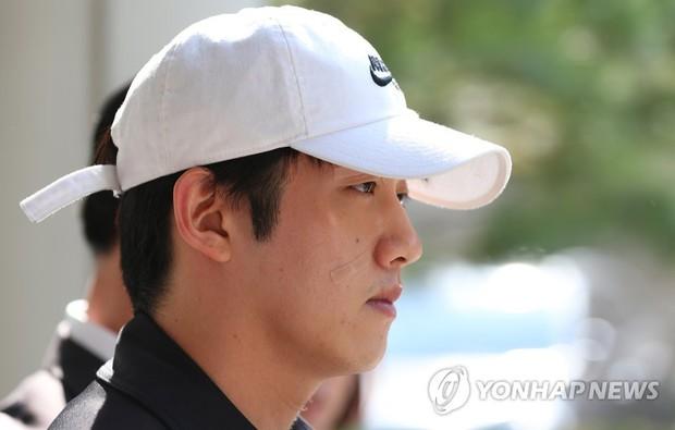 Bạn trai cũ Goo Hara chính thức bị bắt vào hôm nay, dân tình phẫn nộ vì biểu cảm của hắn tại tòa - Ảnh 5.