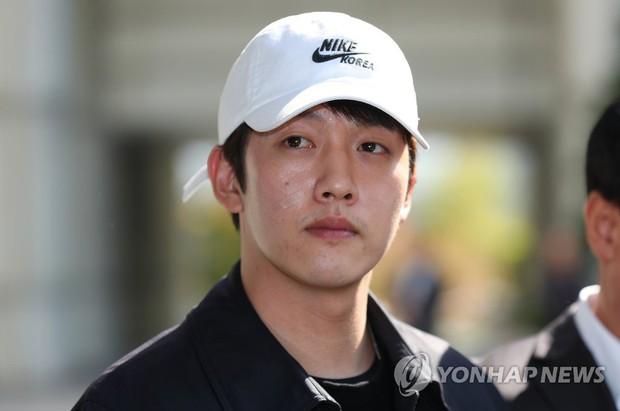 Bạn trai cũ Goo Hara chính thức bị bắt vào hôm nay, dân tình phẫn nộ vì biểu cảm của hắn tại tòa - Ảnh 6.