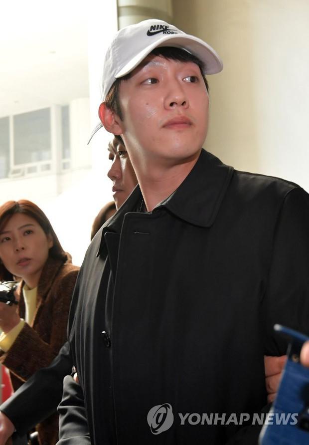 Bạn trai cũ Goo Hara chính thức bị bắt vào hôm nay, dân tình phẫn nộ vì biểu cảm của hắn tại tòa - Ảnh 7.