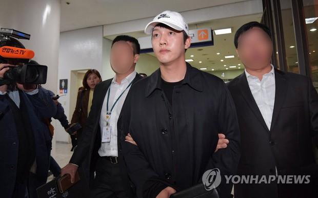 Bạn trai cũ Goo Hara chính thức bị bắt vào hôm nay, dân tình phẫn nộ vì biểu cảm của hắn tại tòa - Ảnh 3.