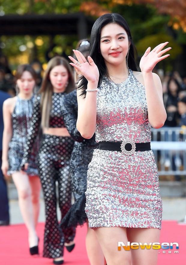 Thảm đỏ gây tranh cãi nhất hôm nay: Red Velvet bị ném đá vì sexy quá đà, Son Ye Jin và BTS giản dị vẫn quá nổi - Ảnh 2.