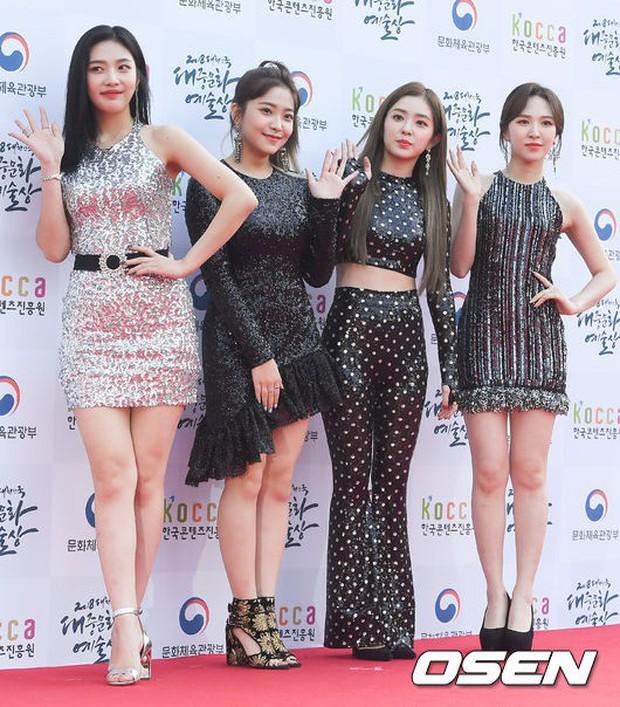 Thảm đỏ gây tranh cãi nhất hôm nay: Red Velvet bị ném đá vì sexy quá đà, Son Ye Jin và BTS giản dị vẫn quá nổi - Ảnh 7.