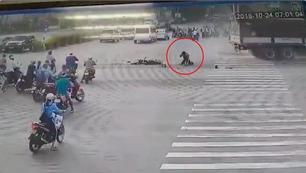 Clip: Nam tài xế thoát chết cực kỳ hy hữu sau khi bị xe tải đâm trực diện khiến chiếc xe máy nát bét - Ảnh 2.