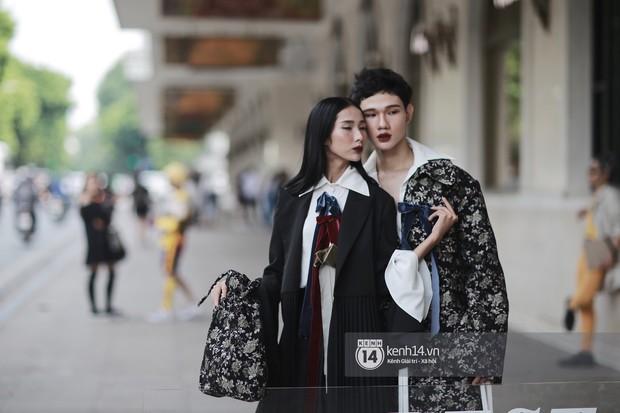 Street style VIFW ngày 3: Áo mưa, khăn quàng đỏ được các bạn trẻ trưng dụng, có người còn khiến bạn nghĩ đến Diên Hi Công Lược - Ảnh 5.