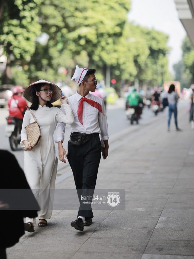 Street style VIFW ngày 3: Áo mưa, khăn quàng đỏ được các bạn trẻ trưng dụng, có người còn khiến bạn nghĩ đến Diên Hi Công Lược - Ảnh 3.