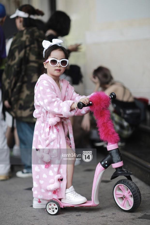 Street style VIFW ngày 3: Áo mưa, khăn quàng đỏ được các bạn trẻ trưng dụng, có người còn khiến bạn nghĩ đến Diên Hi Công Lược - Ảnh 16.