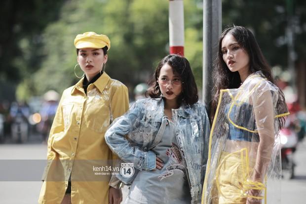 Street style VIFW ngày 3: Áo mưa, khăn quàng đỏ được các bạn trẻ trưng dụng, có người còn khiến bạn nghĩ đến Diên Hi Công Lược - Ảnh 1.