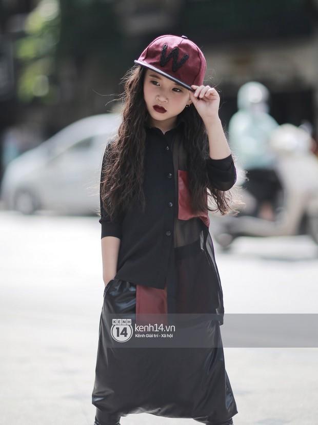 Street style VIFW ngày 3: Áo mưa, khăn quàng đỏ được các bạn trẻ trưng dụng, có người còn khiến bạn nghĩ đến Diên Hi Công Lược - Ảnh 14.