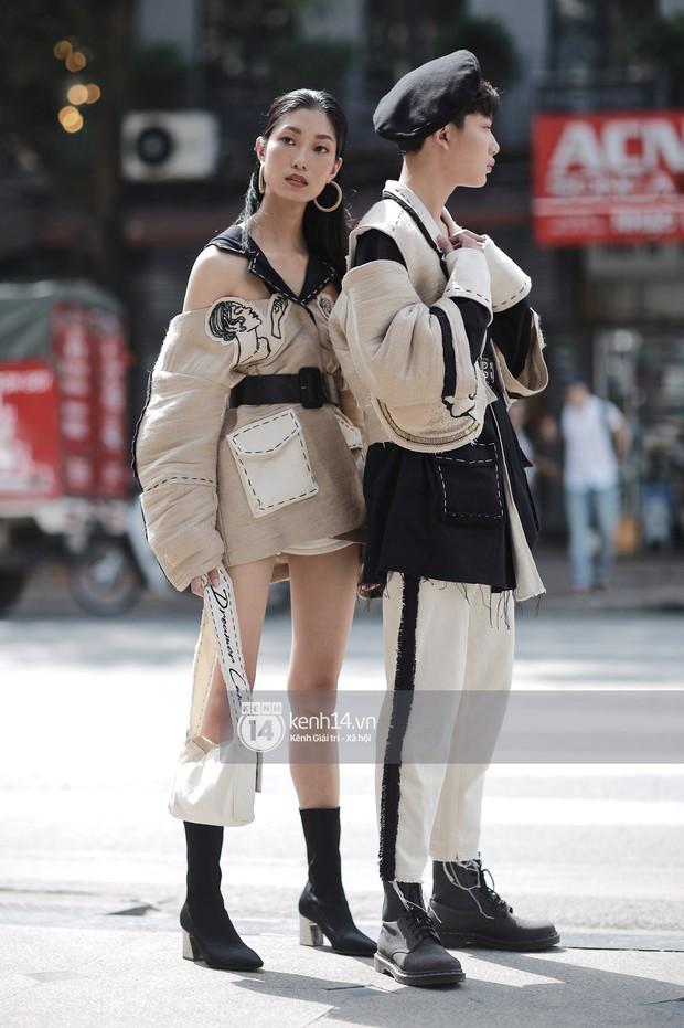 Street style VIFW ngày 3: Áo mưa, khăn quàng đỏ được các bạn trẻ trưng dụng, có người còn khiến bạn nghĩ đến Diên Hi Công Lược - Ảnh 6.