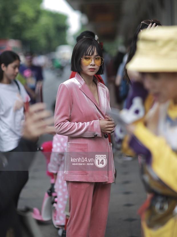 Street style VIFW ngày 3: Áo mưa, khăn quàng đỏ được các bạn trẻ trưng dụng, có người còn khiến bạn nghĩ đến Diên Hi Công Lược - Ảnh 7.