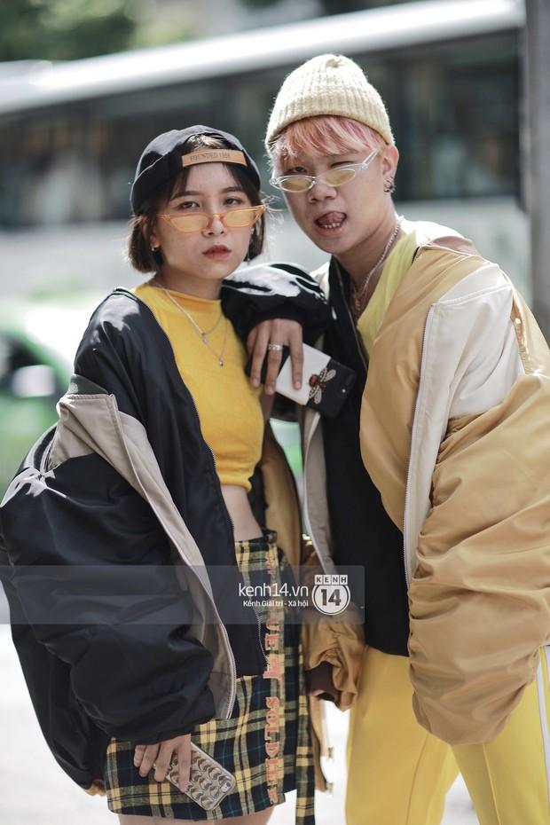 Street style VIFW ngày 3: Áo mưa, khăn quàng đỏ được các bạn trẻ trưng dụng, có người còn khiến bạn nghĩ đến Diên Hi Công Lược - Ảnh 2.
