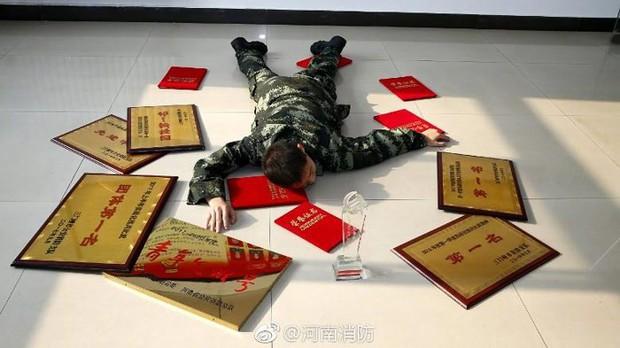 Trung Quốc khuyến khích công chức đăng ảnh ngã sấp mặt trên mạng xã hội - Ảnh 2.