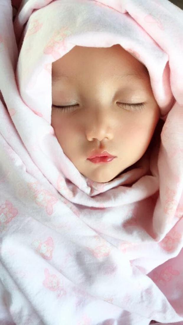 Bé gái có gương mặt xinh như búp bê Barbie trở thành ngôi sao MXH Thái Lan - Ảnh 1.