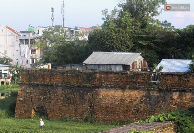 Chùm ảnh: Khu ổ chuột của hơn 15.000 người sống treo trên di sản thế giới ở Kinh thành Huế - Ảnh 1.