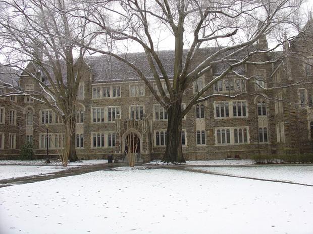 Đã mắt ngắm ngôi trường Đại học đẹp như lâu đài cổ tích dưới trời tuyết trắng xóa - Ảnh 19.