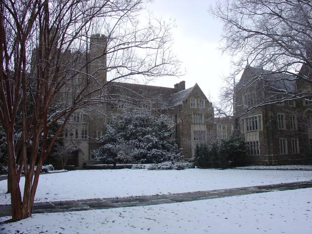 Đã mắt ngắm ngôi trường Đại học đẹp như lâu đài cổ tích dưới trời tuyết trắng xóa - Ảnh 18.