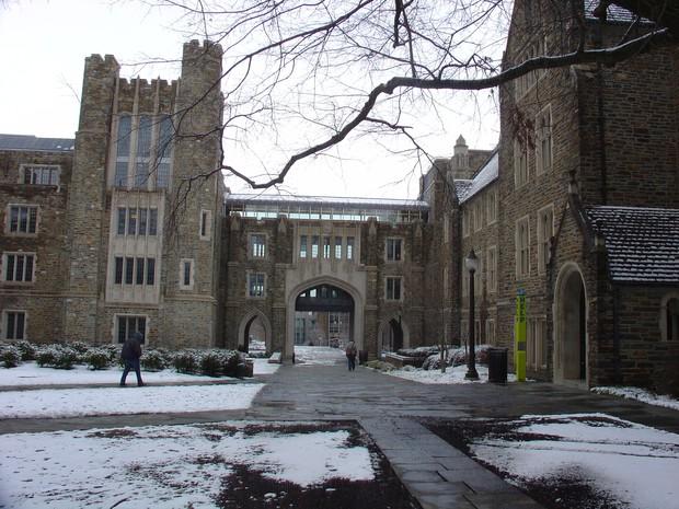 Đã mắt ngắm ngôi trường Đại học đẹp như lâu đài cổ tích dưới trời tuyết trắng xóa - Ảnh 17.