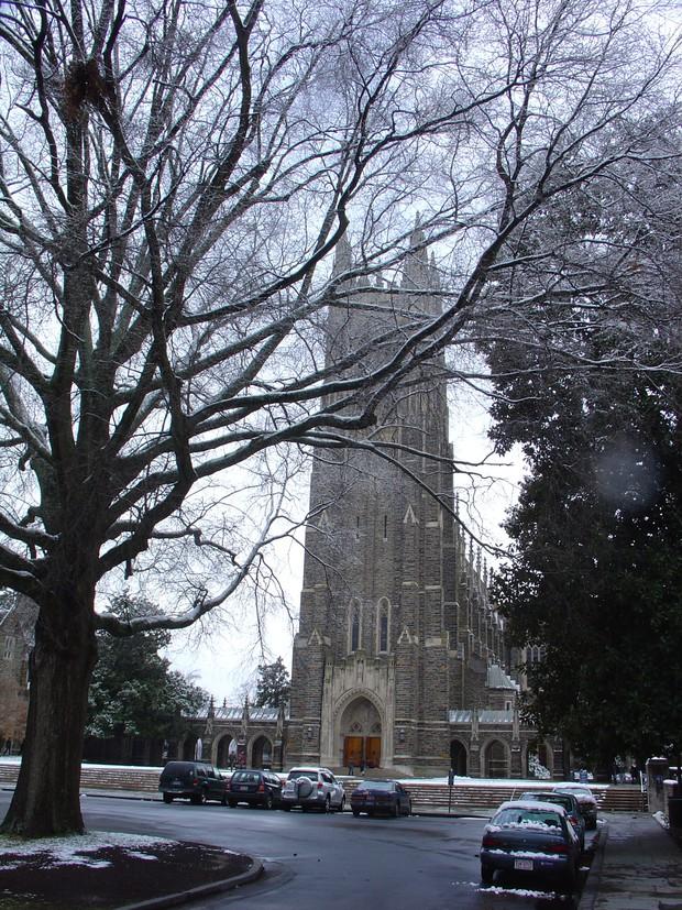 Đã mắt ngắm ngôi trường Đại học đẹp như lâu đài cổ tích dưới trời tuyết trắng xóa - Ảnh 7.