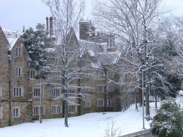 Đã mắt ngắm ngôi trường Đại học đẹp như lâu đài cổ tích dưới trời tuyết trắng xóa - Ảnh 15.