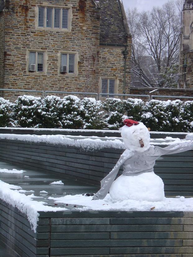Đã mắt ngắm ngôi trường Đại học đẹp như lâu đài cổ tích dưới trời tuyết trắng xóa - Ảnh 14.