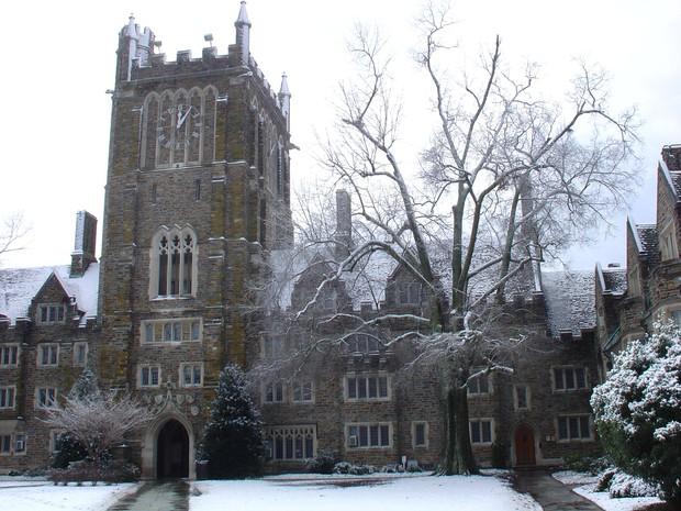 Đã mắt ngắm ngôi trường Đại học đẹp như lâu đài cổ tích dưới trời tuyết trắng xóa - Ảnh 10.