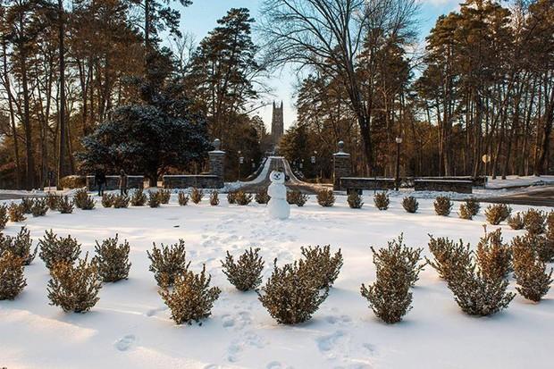 Đã mắt ngắm ngôi trường Đại học đẹp như lâu đài cổ tích dưới trời tuyết trắng xóa - Ảnh 8.