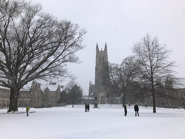Đã mắt ngắm ngôi trường Đại học đẹp như lâu đài cổ tích dưới trời tuyết trắng xóa - Ảnh 6.