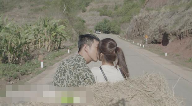Khả Ngân chia sẻ về cảnh hôn trong Hậu Duệ Mặt Trời phiên bản Việt: Hôn xong, mặt đại úy... tái mét à - Ảnh 2.