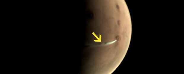 Ngay lúc này có một đám khói trắng đang lơ lửng trên bề mặt sao Hỏa và đây là sự thật đằng sau nó - Ảnh 1.