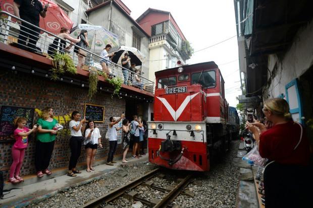 Tuyến đường sắt Hà Nội hot trên báo nước ngoài - Ảnh 2.