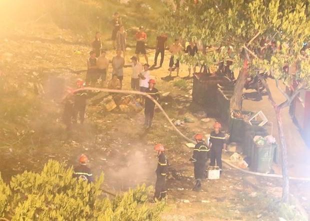 Bãi tập kết rác phát hỏa, trăm hộ dân hết hồn tưởng cháy chung cư - Ảnh 1.