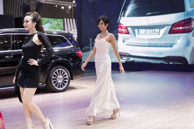 Tóc đều ngắn và váy đều đẹp, thế nhưng HHen Niê lại dưới cơ Angela Phương Trinh hoàn toàn khi đụng hàng - Ảnh 1.