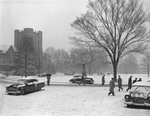 Đã mắt ngắm ngôi trường Đại học đẹp như lâu đài cổ tích dưới trời tuyết trắng xóa - Ảnh 4.