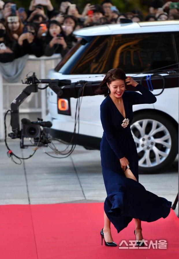 4 khoảnh khắc gây bão tại The Seoul Awards: Son Ye Jin tít mắt vì ôm tình tin đồn, Jung Hae In thay đổi hẳn sau phốt - Ảnh 15.