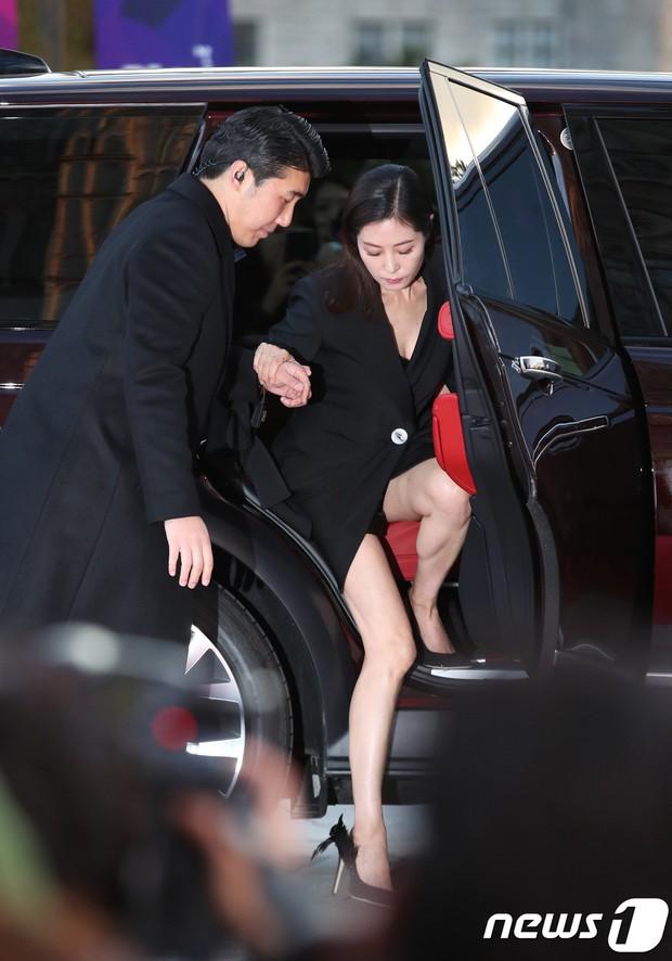 4 khoảnh khắc gây bão tại The Seoul Awards: Son Ye Jin tít mắt vì ôm tình tin đồn, Jung Hae In thay đổi hẳn sau phốt - Ảnh 19.