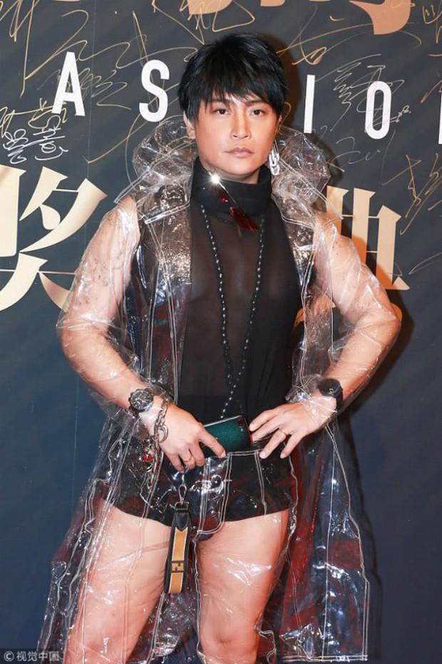 Nhĩ Thái Trần Chí Bằng tiếp tục đốt mắt dân tình với quần lót cũn cỡn và áo mưa trong suốt - Ảnh 1.