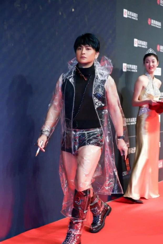 Nhĩ Thái Trần Chí Bằng tiếp tục đốt mắt dân tình với quần lót cũn cỡn và áo mưa trong suốt - Ảnh 2.