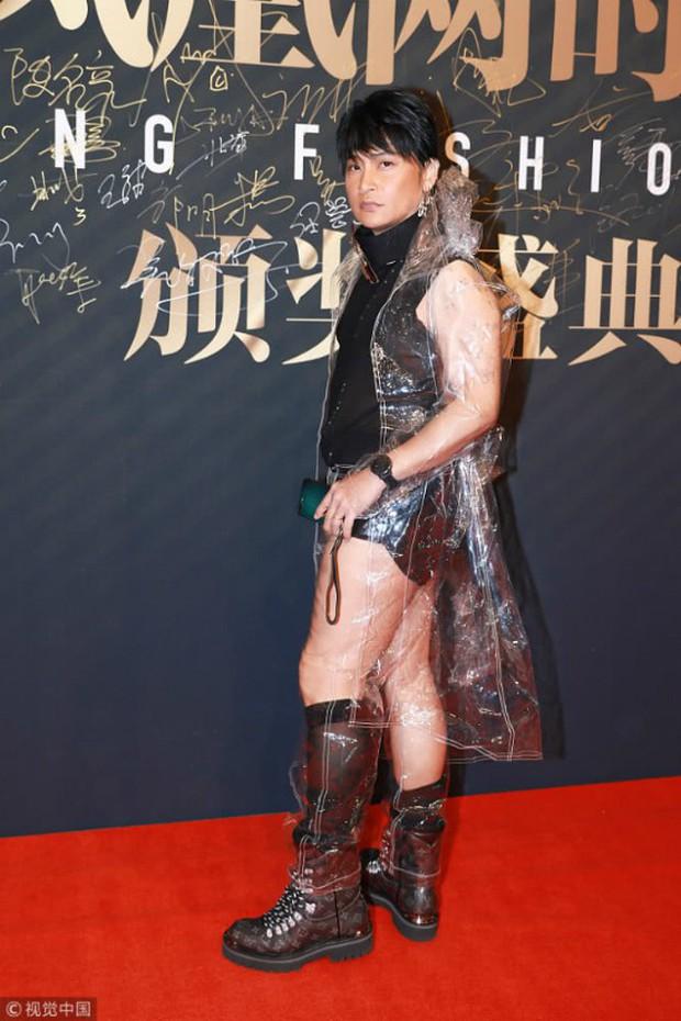 Nhĩ Thái Trần Chí Bằng tiếp tục đốt mắt dân tình với quần lót cũn cỡn và áo mưa trong suốt - Ảnh 3.