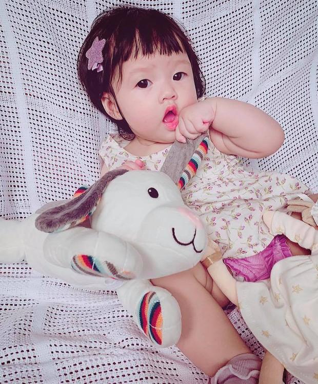 """Khoe khoảnh khắc cực đáng yêu của con gái, Đặng Thu Thảo hạnh phúc tiết lộ: """"Lần đầu chị ấy gọi ba"""" - Ảnh 1."""