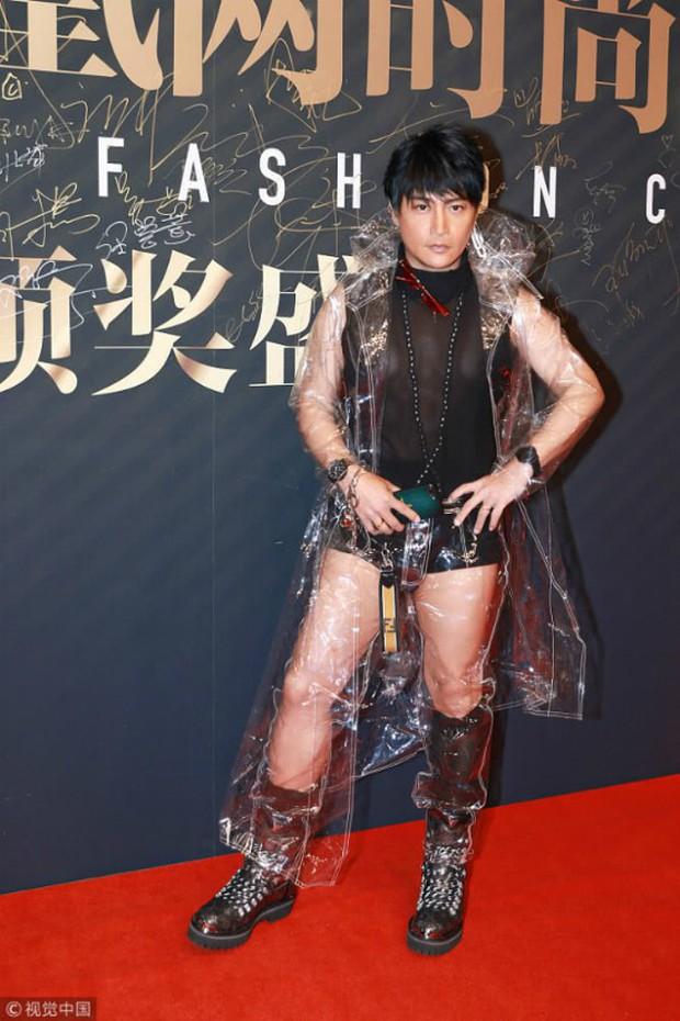 Nhĩ Thái Trần Chí Bằng tiếp tục đốt mắt dân tình với quần lót cũn cỡn và áo mưa trong suốt - Ảnh 5.