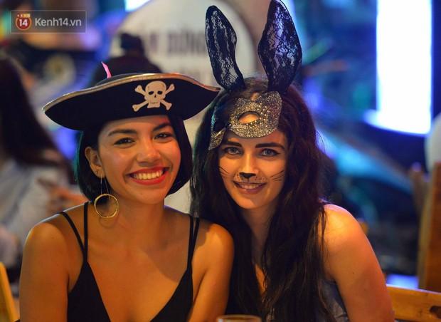 Chùm ảnh: Chị Valak cùng các thây ma đã dạo chơi phố Tây Hà Nội dù 3 ngày nữa mới tới Halloween - Ảnh 7.