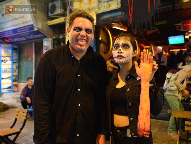 Chùm ảnh: Chị Valak cùng các thây ma đã dạo chơi phố Tây Hà Nội dù 3 ngày nữa mới tới Halloween - Ảnh 3.