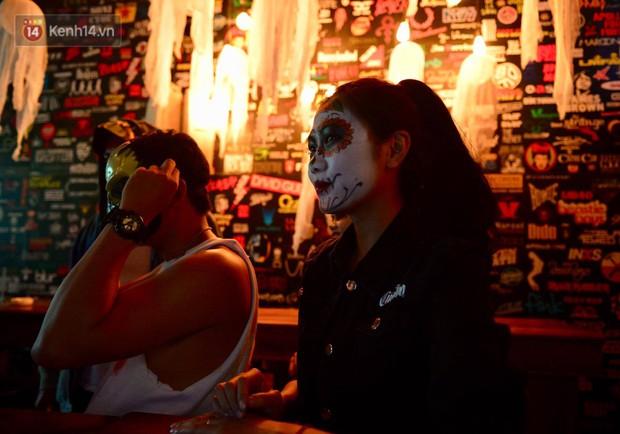 Chùm ảnh: Chị Valak cùng các thây ma đã dạo chơi phố Tây Hà Nội dù 3 ngày nữa mới tới Halloween - Ảnh 9.