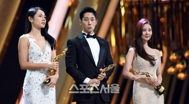 4 khoảnh khắc gây bão tại The Seoul Awards: Son Ye Jin tít mắt vì ôm tình tin đồn, Jung Hae In thay đổi hẳn sau phốt - Ảnh 12.