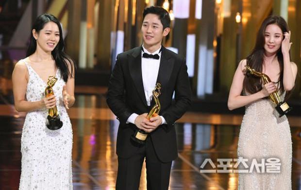 4 khoảnh khắc gây bão tại The Seoul Awards: Son Ye Jin tít mắt vì ôm tình tin đồn, Jung Hae In thay đổi hẳn sau phốt - Ảnh 13.