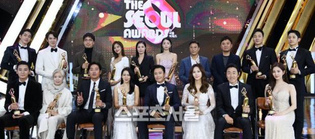 4 khoảnh khắc gây bão tại The Seoul Awards: Son Ye Jin tít mắt vì ôm tình tin đồn, Jung Hae In thay đổi hẳn sau phốt - Ảnh 11.